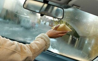 Запотевают стекла в машине изнутри: что делать?